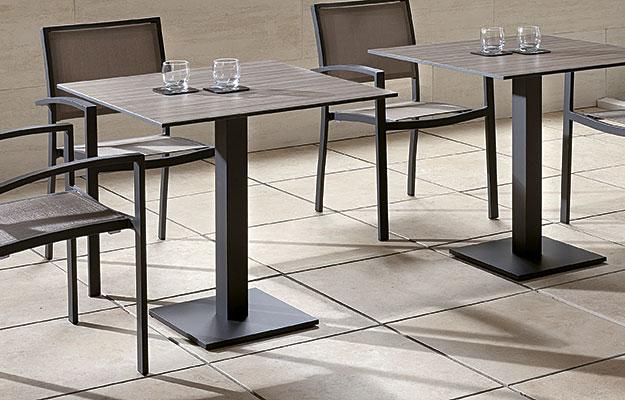 Bordunderstell for utendørs bruk og utemøbler fra Sitting Scandinavia